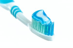 plavo bela cetkica za zube sa pastom za zube